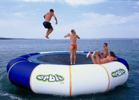 Un trampoln inflable que se suspende en el agua
