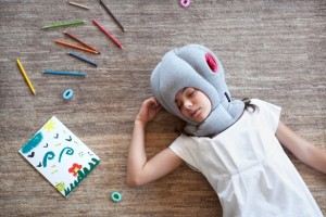 Ostrich Pillow Junior para que tu niño duerma donde sea